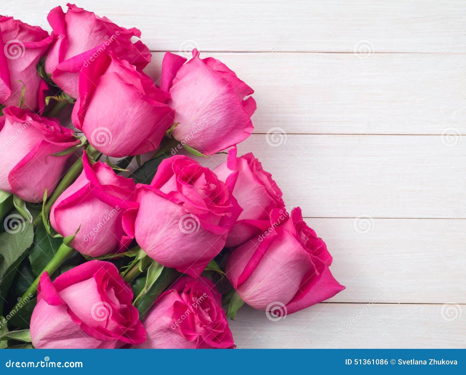 Ramo rosado de las rosas en los tablones blancos