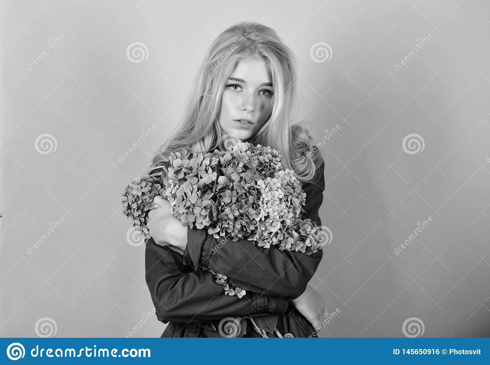 Ramo rubio lindo de las flores de la hortensia del abrazo de la muchacha Concepto natural de la belleza Cuidado de piel y tratami