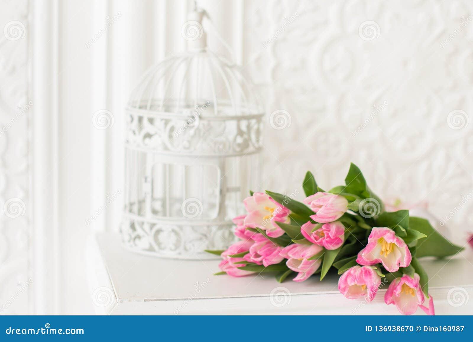 Ramo y birdcage rosados de los tulipanes en el fondo blanco Tarjeta del resorte Copie el espacio