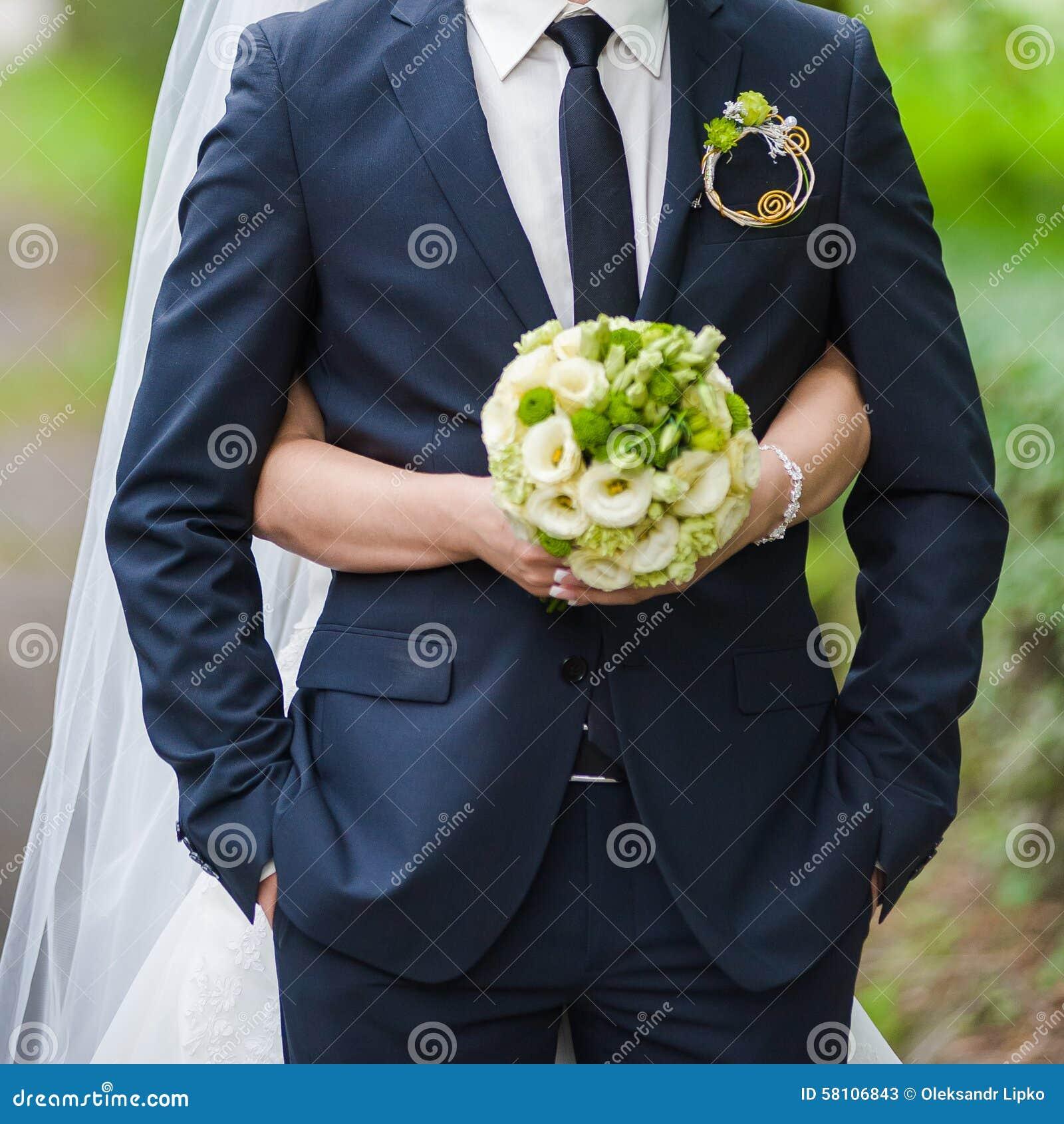 Ramos hermosos de flores listas para la ceremonia de boda grande