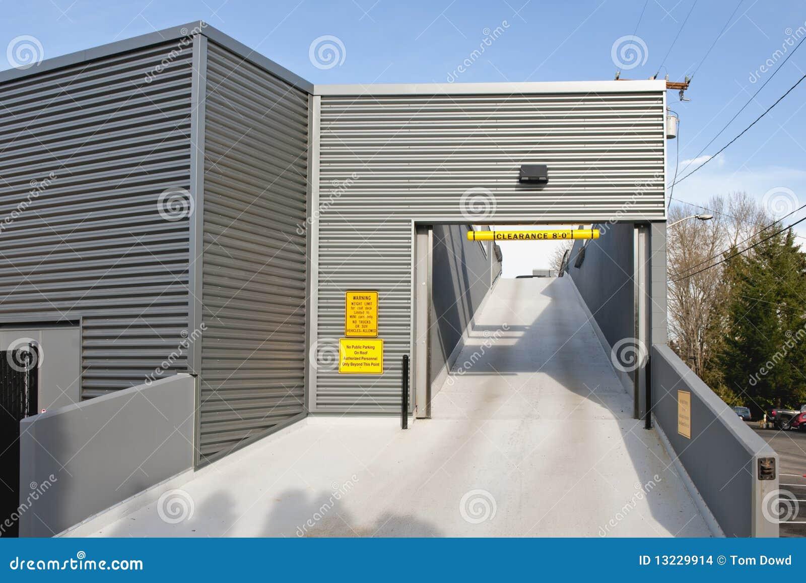 Rampa del garage de estacionamiento imagenes de archivo for 3 costo del garage indipendente