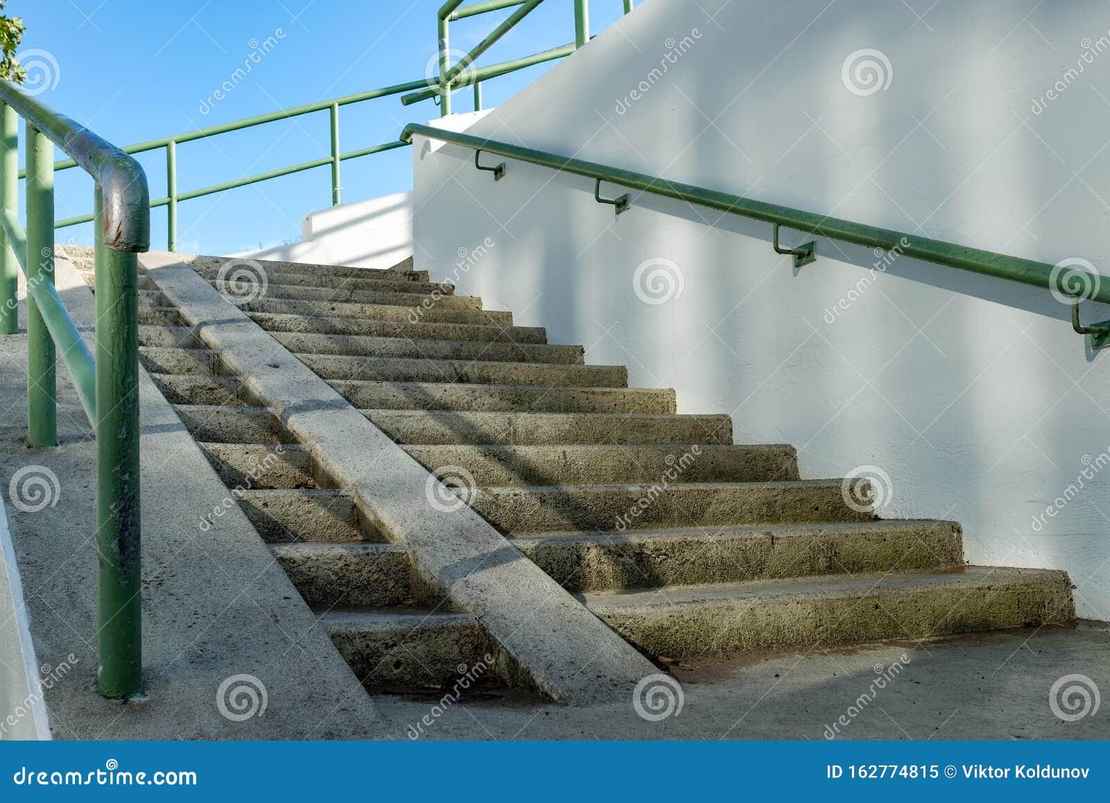 Rampa Per Sedia A Rotelle E Scale In Ambiente Urbano ...