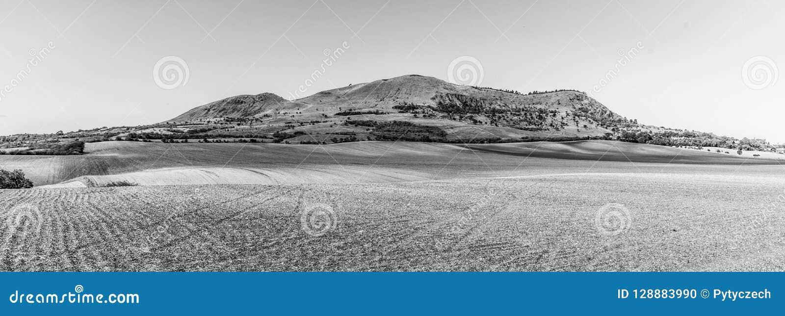 Rana Mountain perto de Louny em montanhas boêmias centrais no dia de verão ensolarado, República Checa Vista panorâmico