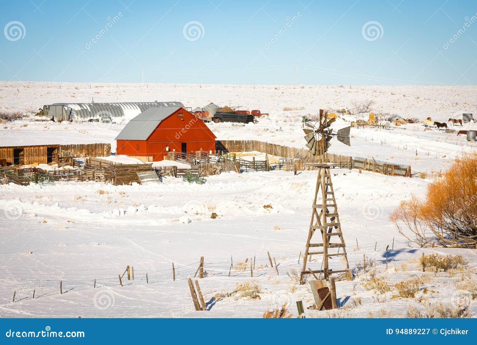 Ranch mit roter Scheune im Winter