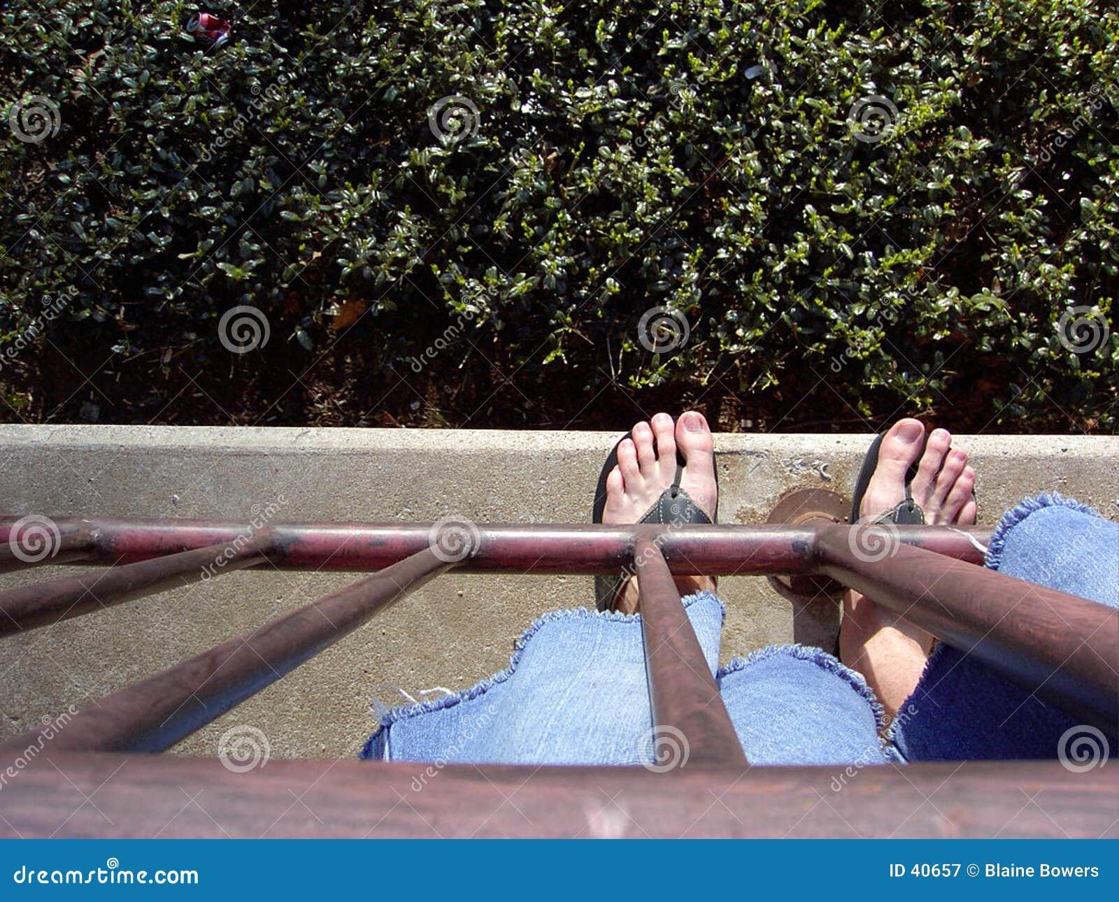 Download Am Rand stockbild. Bild von barfuß, fuß, jeans, unten, blau - 40657