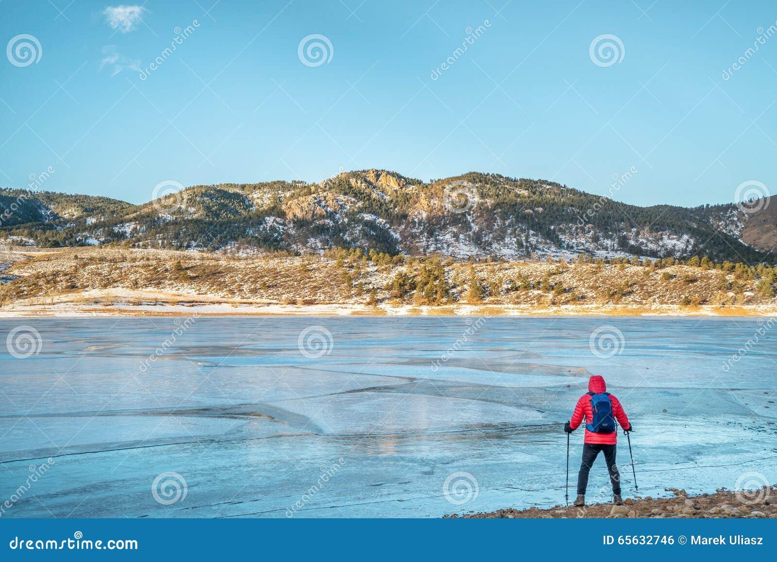 Randonneur au lac congelé de montagne