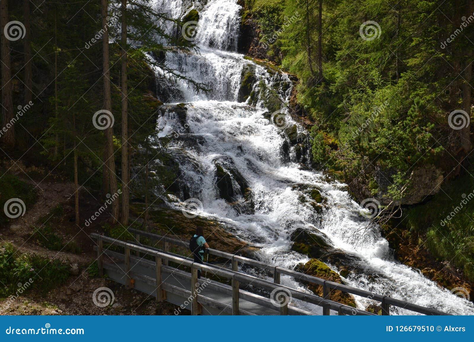 Randonneur de femme regardant la cascade