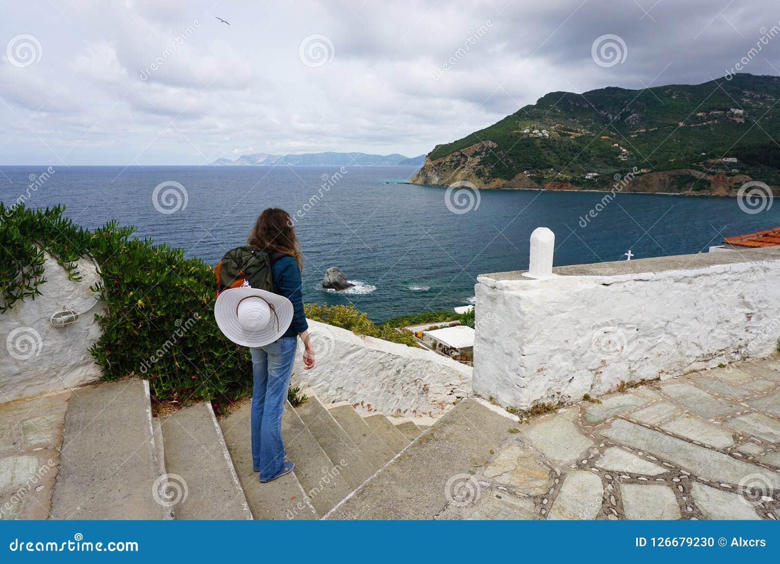 Randonneur de jeune femme dans Skopelos Grèce