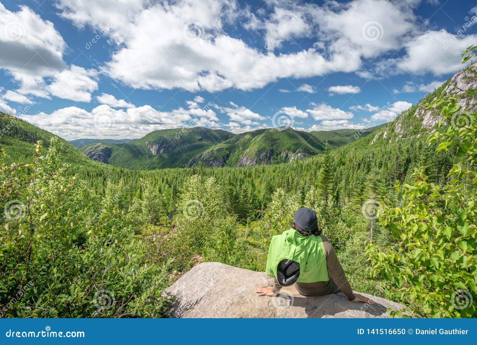 Randonneur et belle vue dans des grands-Jardins parc national, Québec de Les