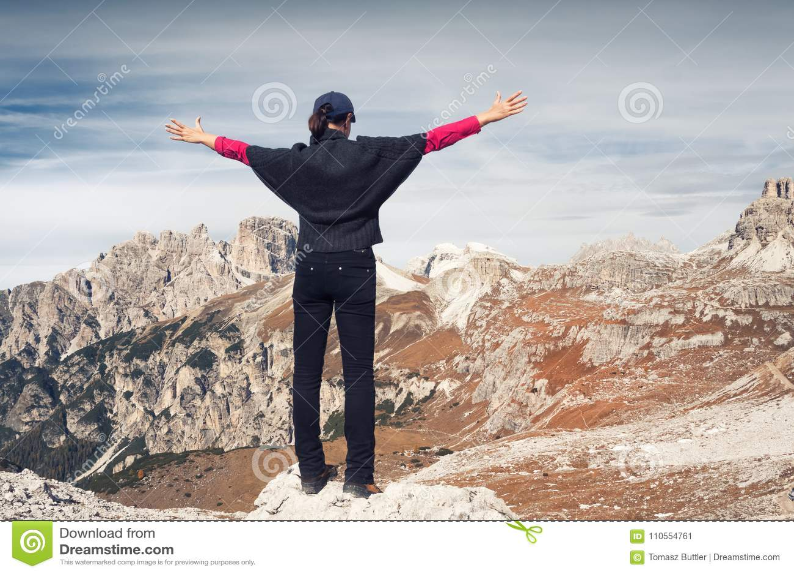 Randonneur féminin anonyme devant un beau paysage de montagne Trois crêtes Dolomites l Italie