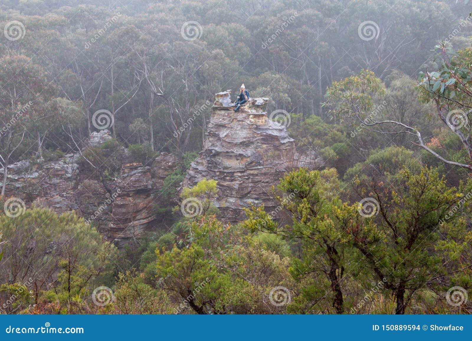 Randonneur féminin en montagnes bleues sur la pagoda en brume et brouillard