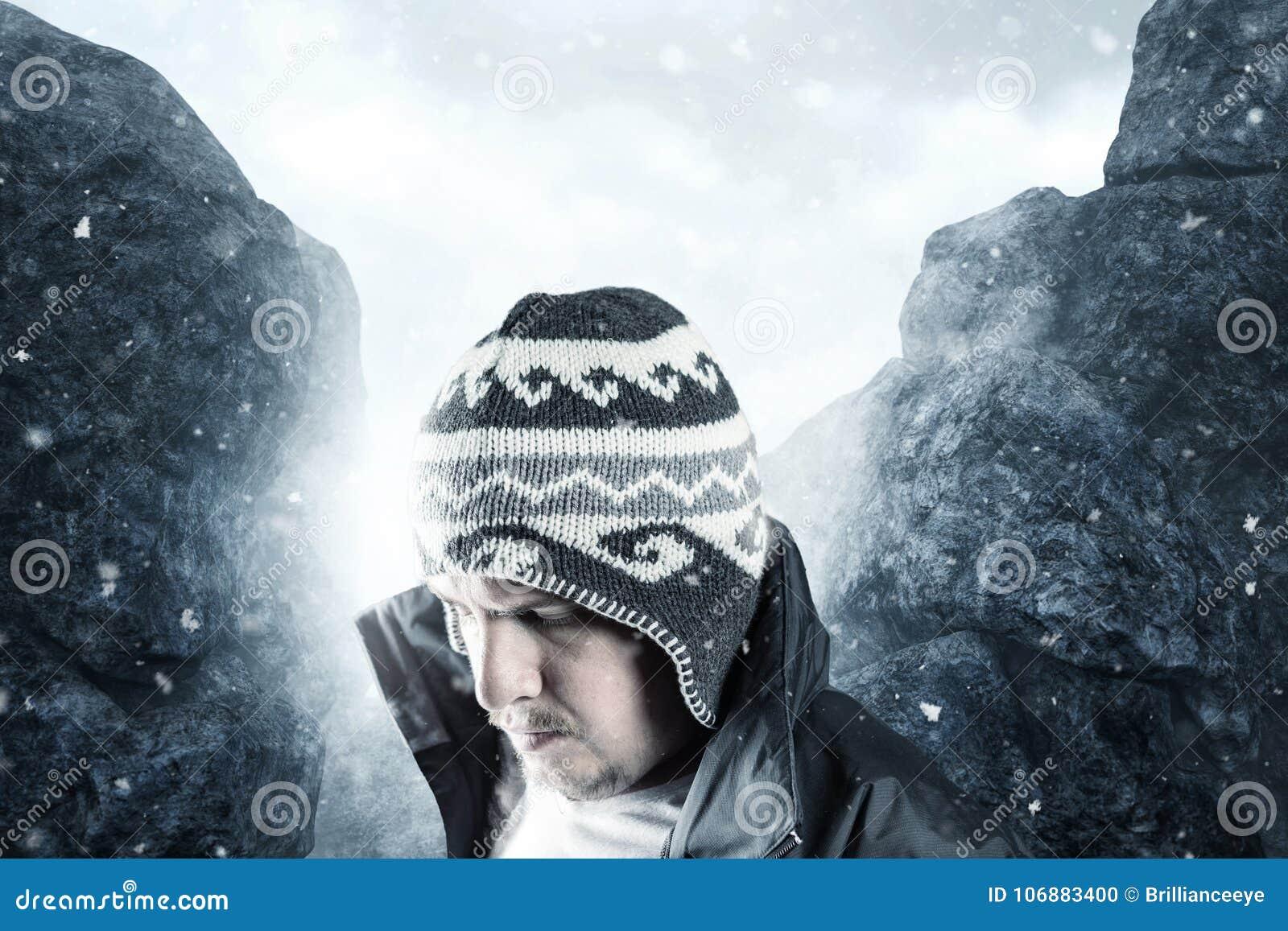 Randonneur fatigué regardant vers le bas devant le paysage de montagne