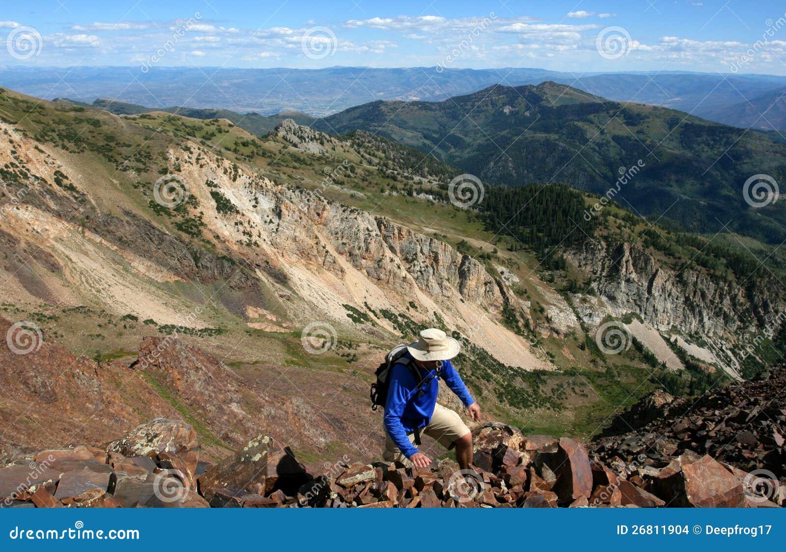 Randonneur haut sur l arête de montagne