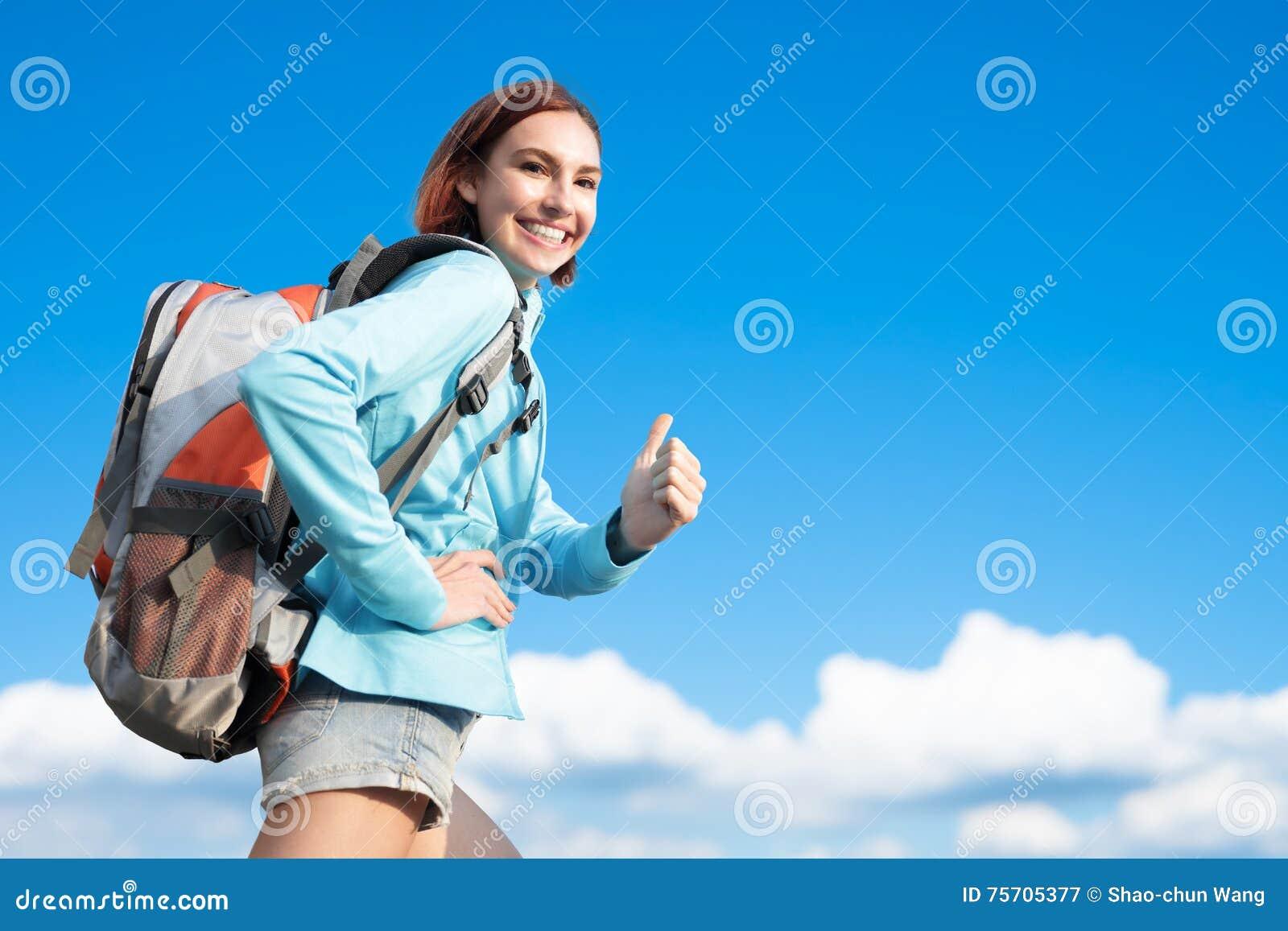 Randonneur heureux de montagne de femme