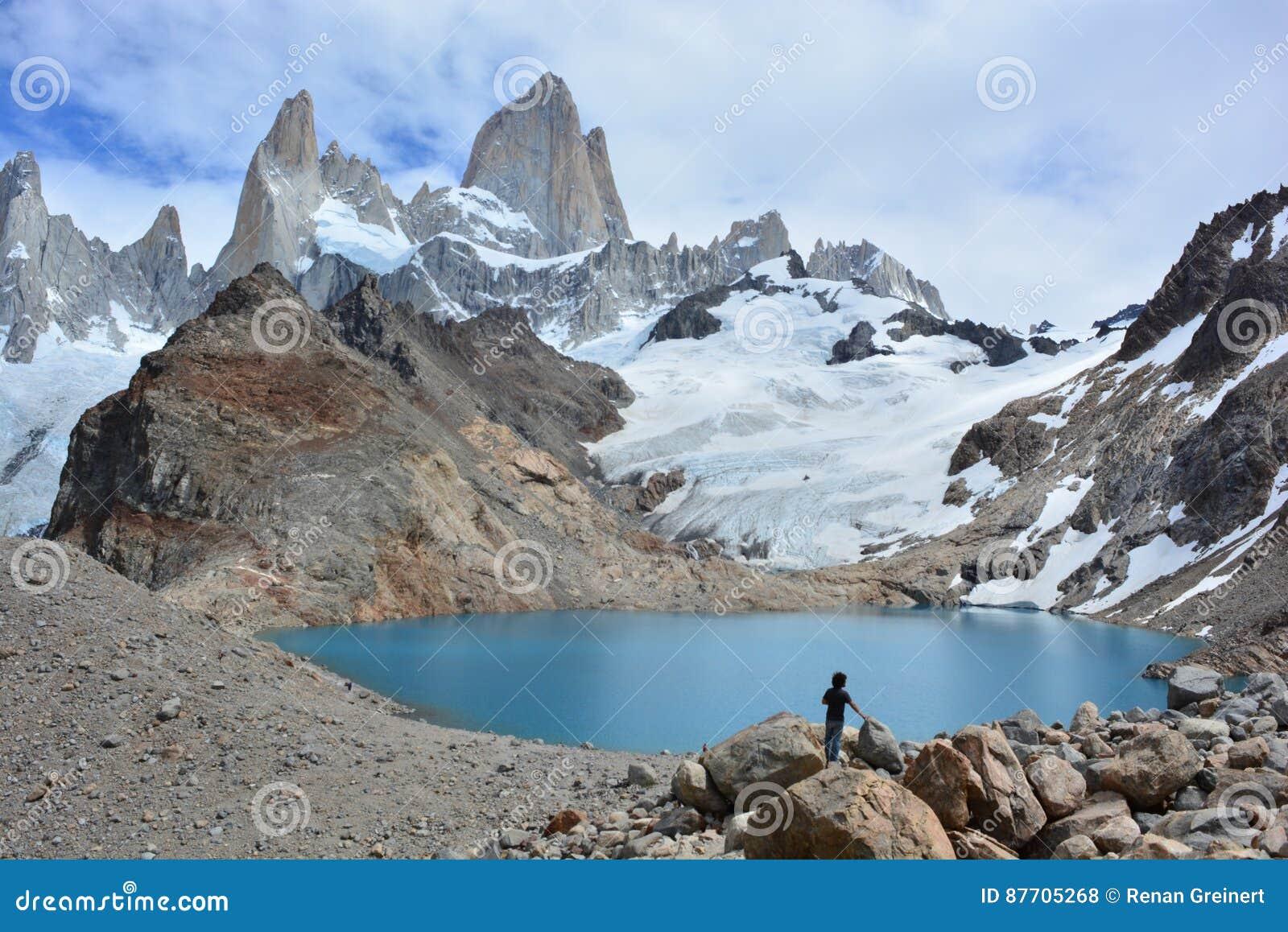 Randonneur non identifié regardant la crête de Fitz Roy en parc national de visibilité directe Glaciares, EL Chaltén, Argentine