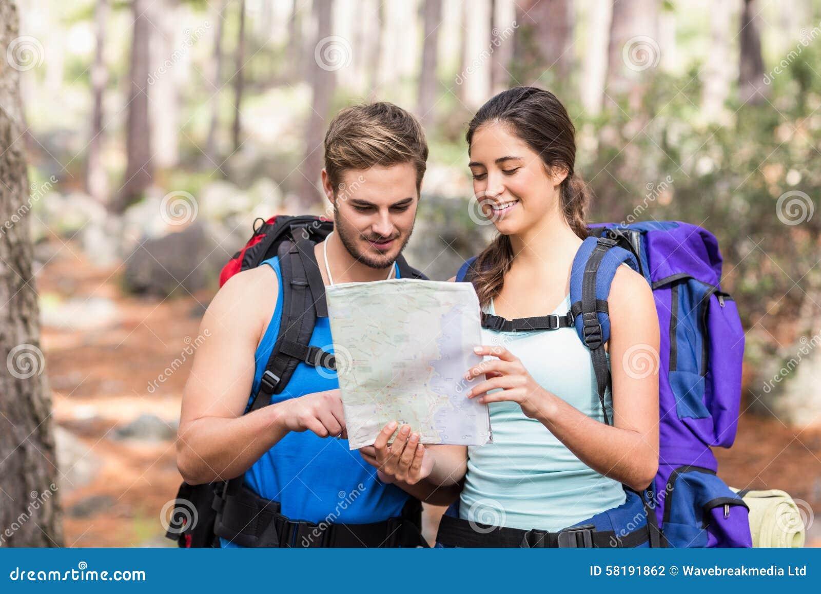 Randonneurs heureux regardant la carte