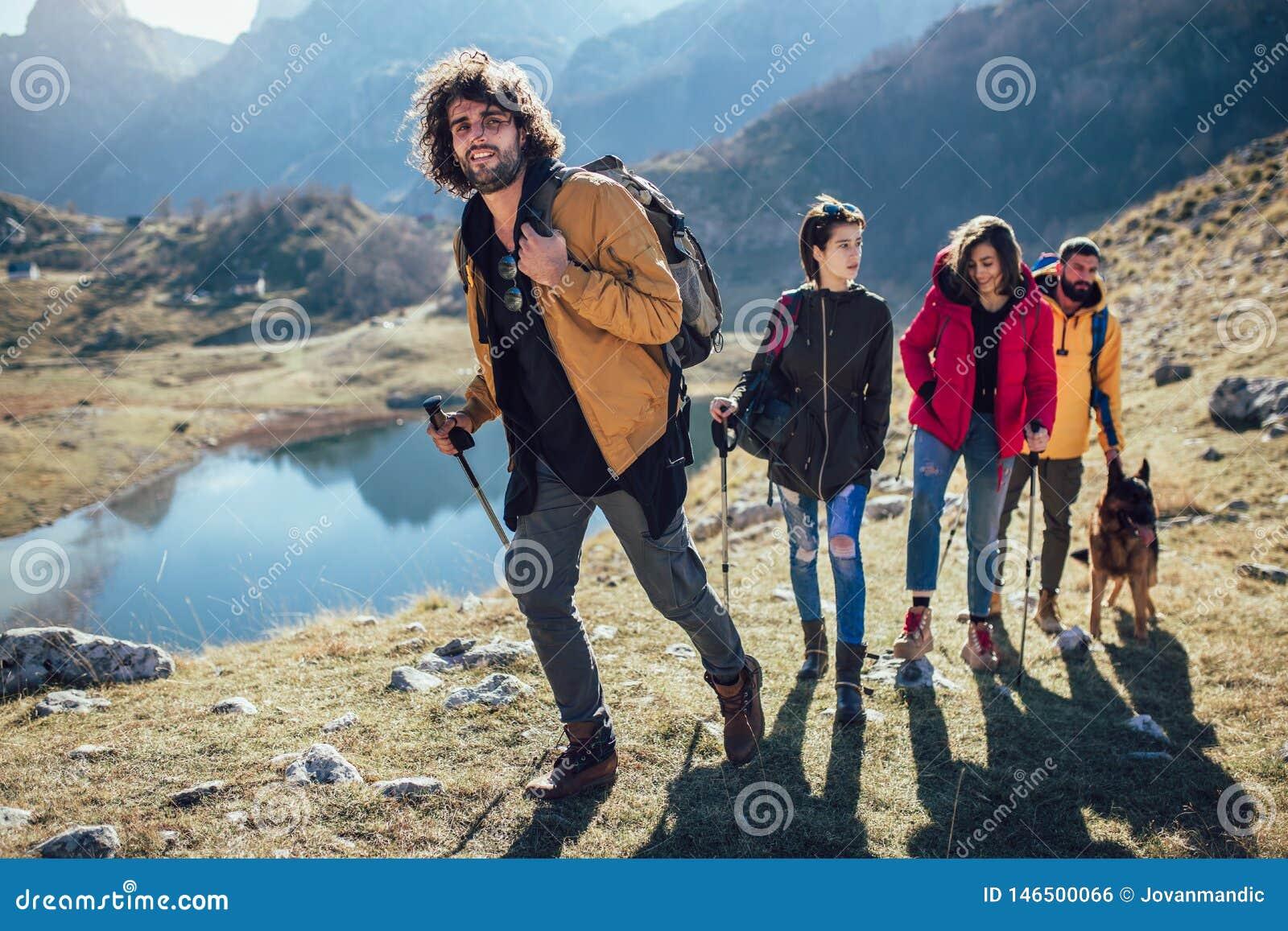 Randonneurs marchant sur une montagne au jour d automne