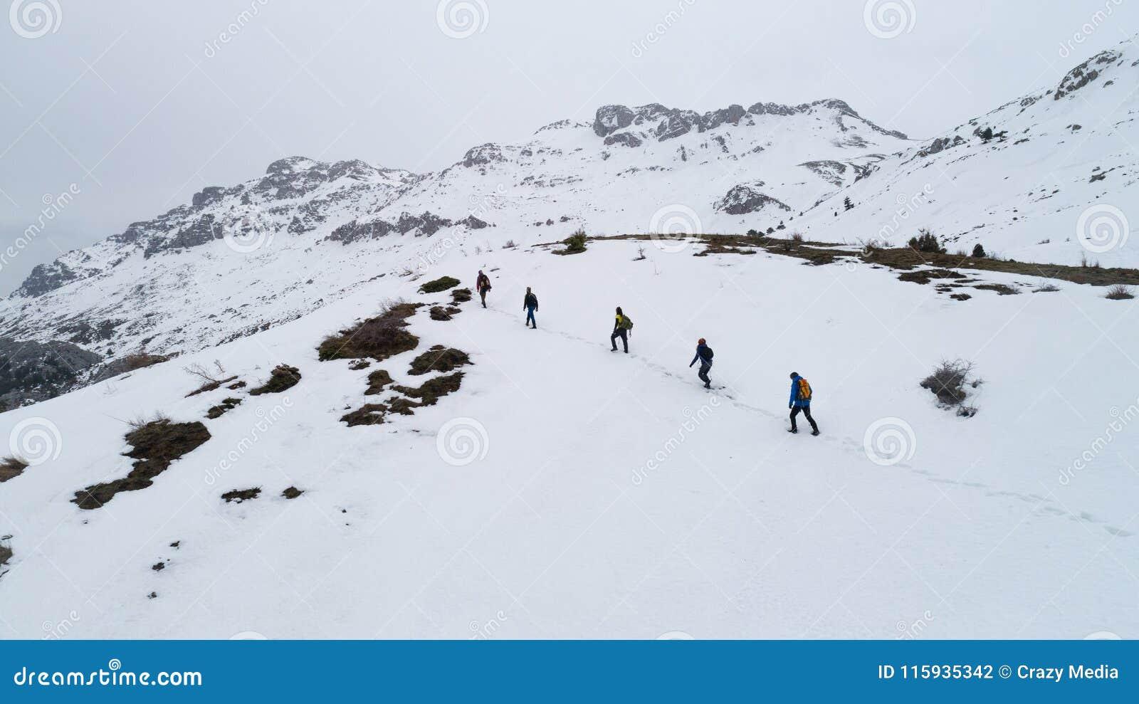 Randonneurs sur la montagne en hiver