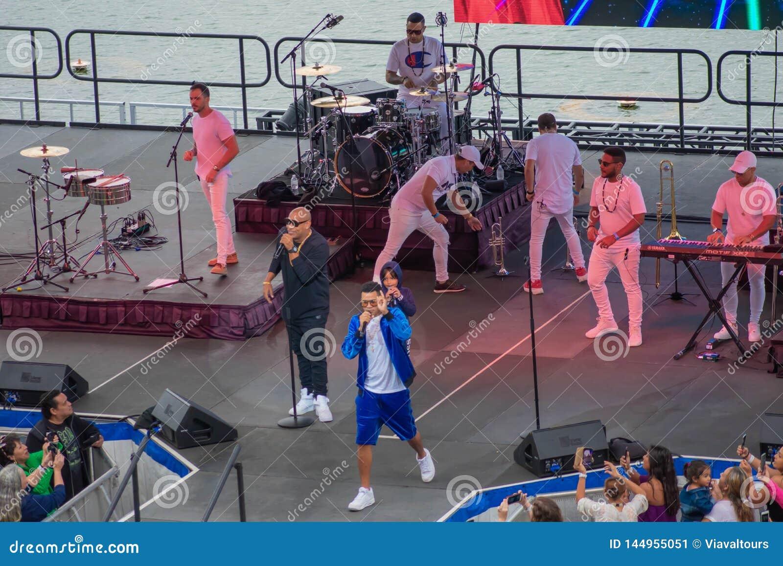 Randy Malcom et Alexander Delgado par Gente de Zona chantant la musique urbaine chez Seaworld dans la r?gion internationale d ent