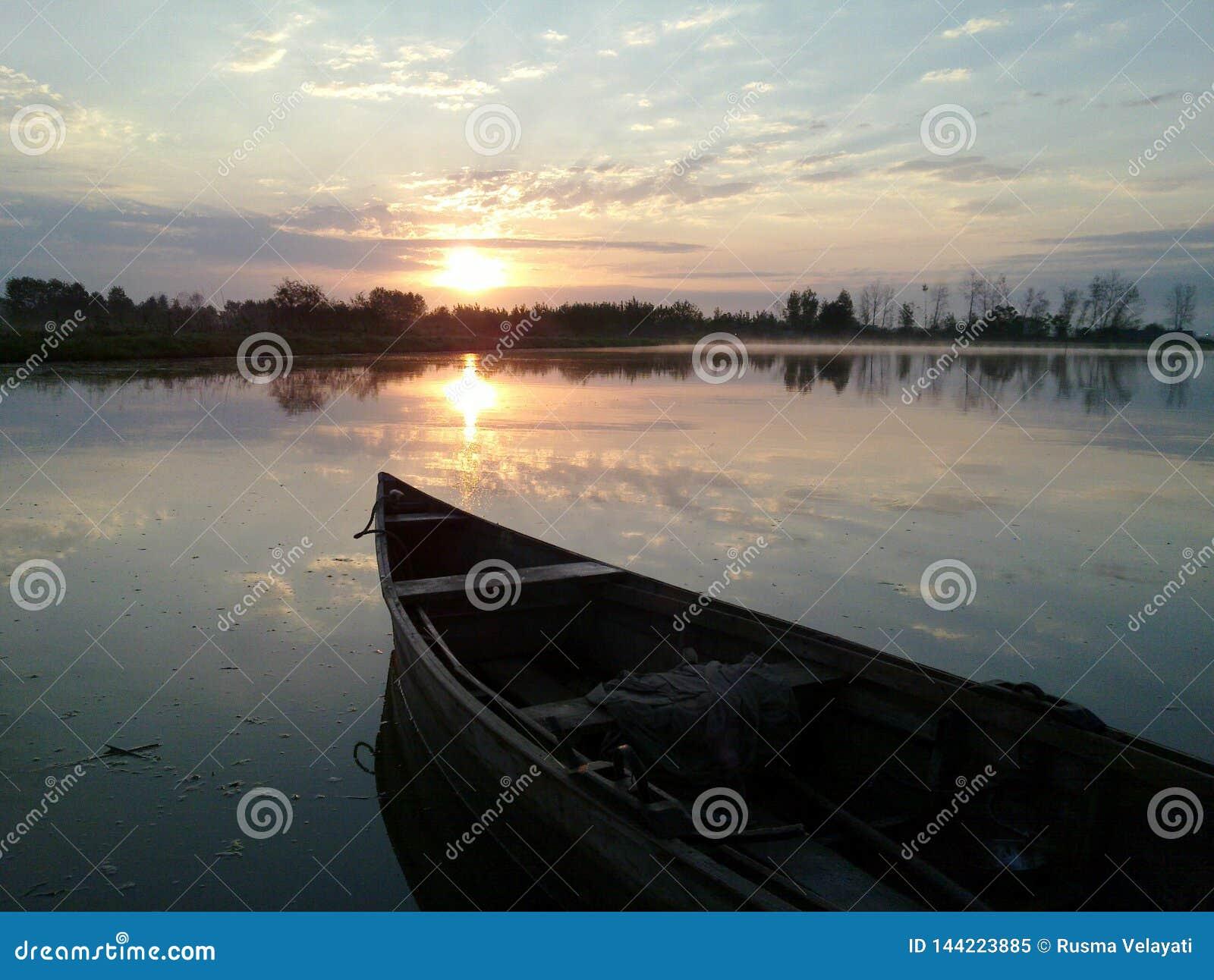Ranek łódź w wschód słońca Iran, Gilan, Rasht
