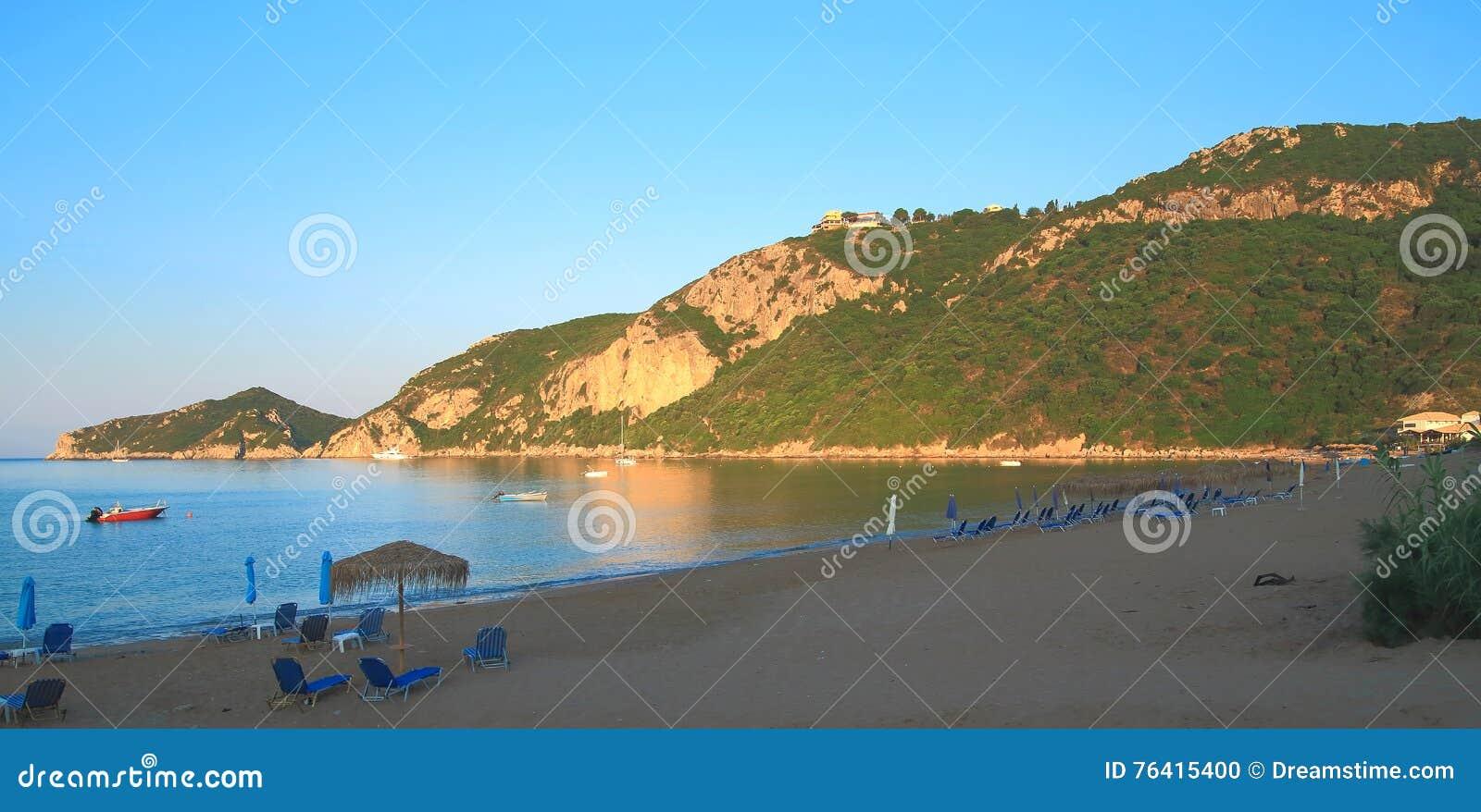 Ranek na plaży ażio Georgios Pagon na Corfu wyspie