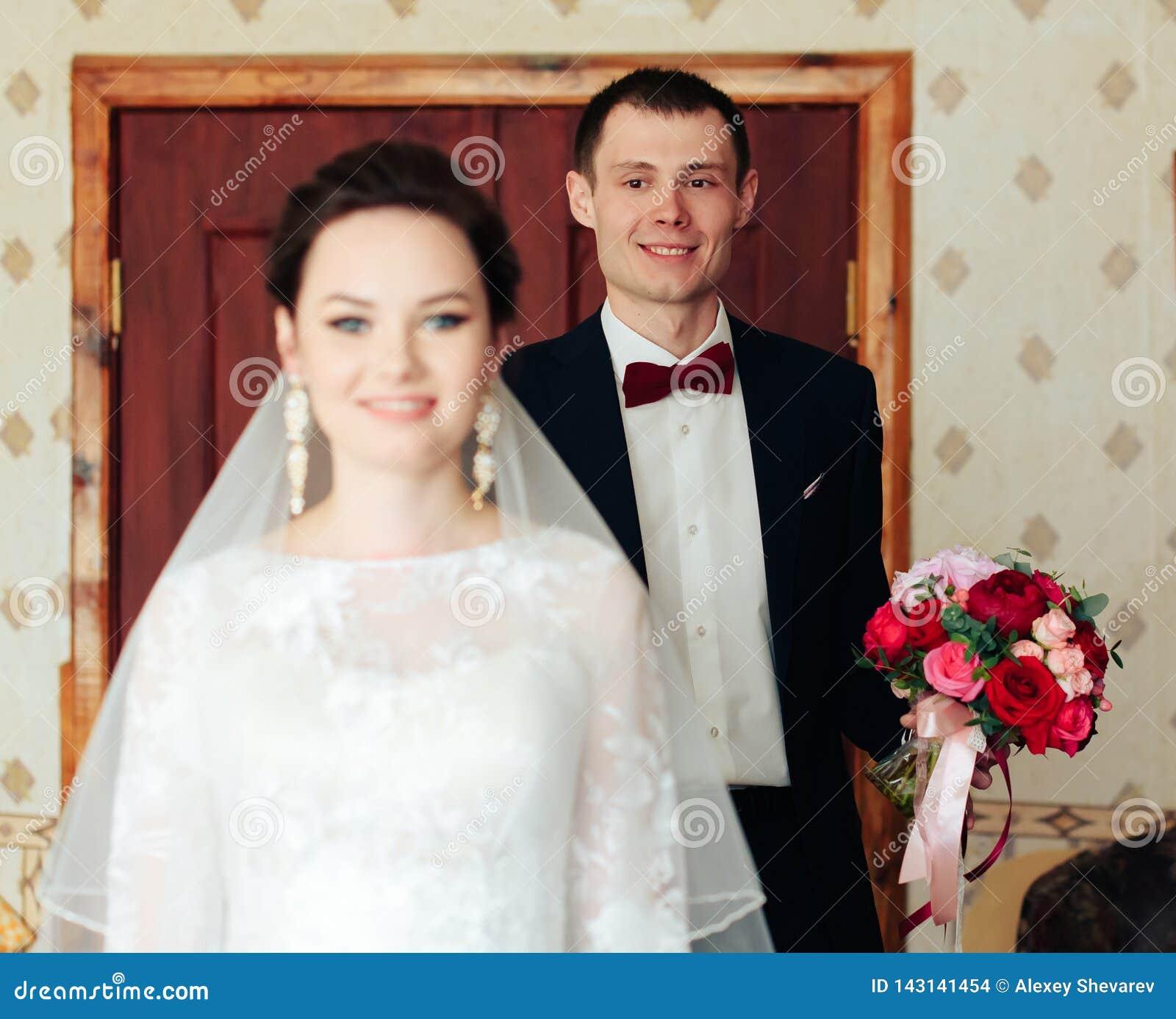 Ranek panna młoda przygotowywa dla ślubu, piękna kobieta w białej sukni