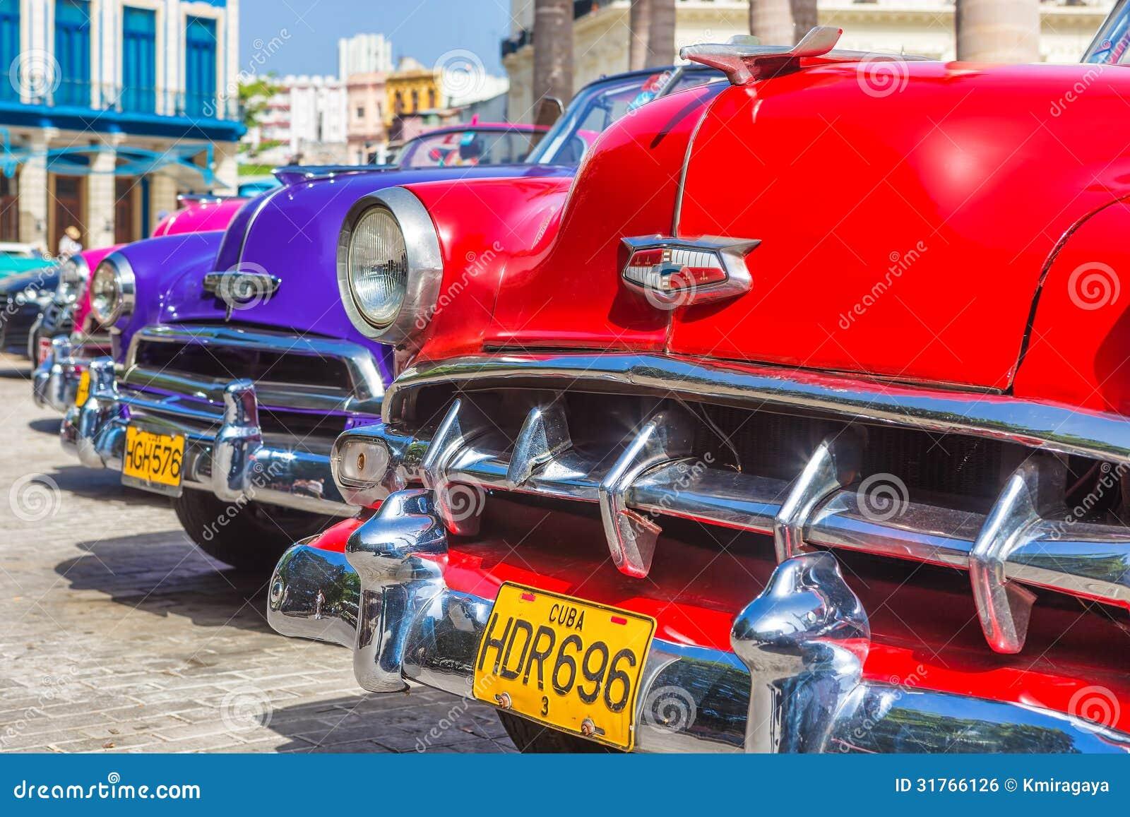 Rangée colorée des voitures d Américain de vintage