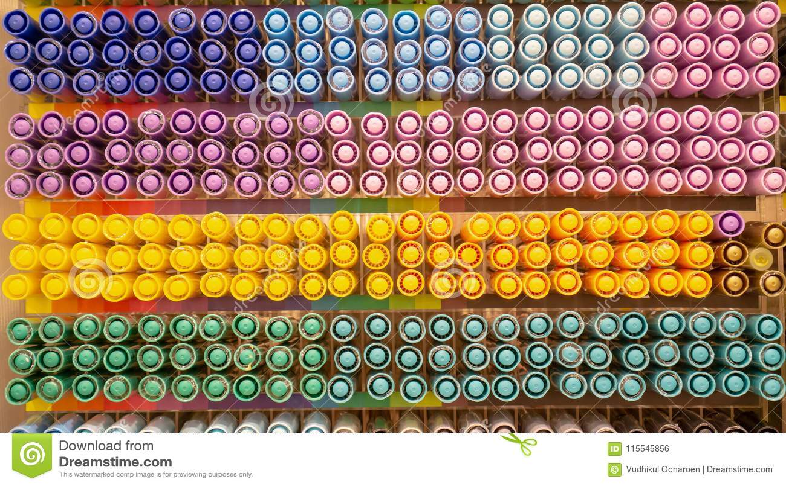 Rangée de chapeau coloré de stylo dans le rayon de magasin à vendre