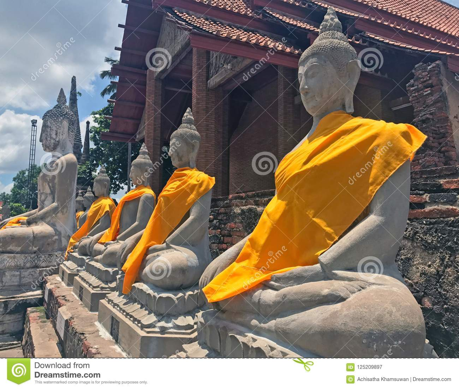 Rangée de l église de postérieur de statut de Bouddha au temple de Yai Chaimongkol