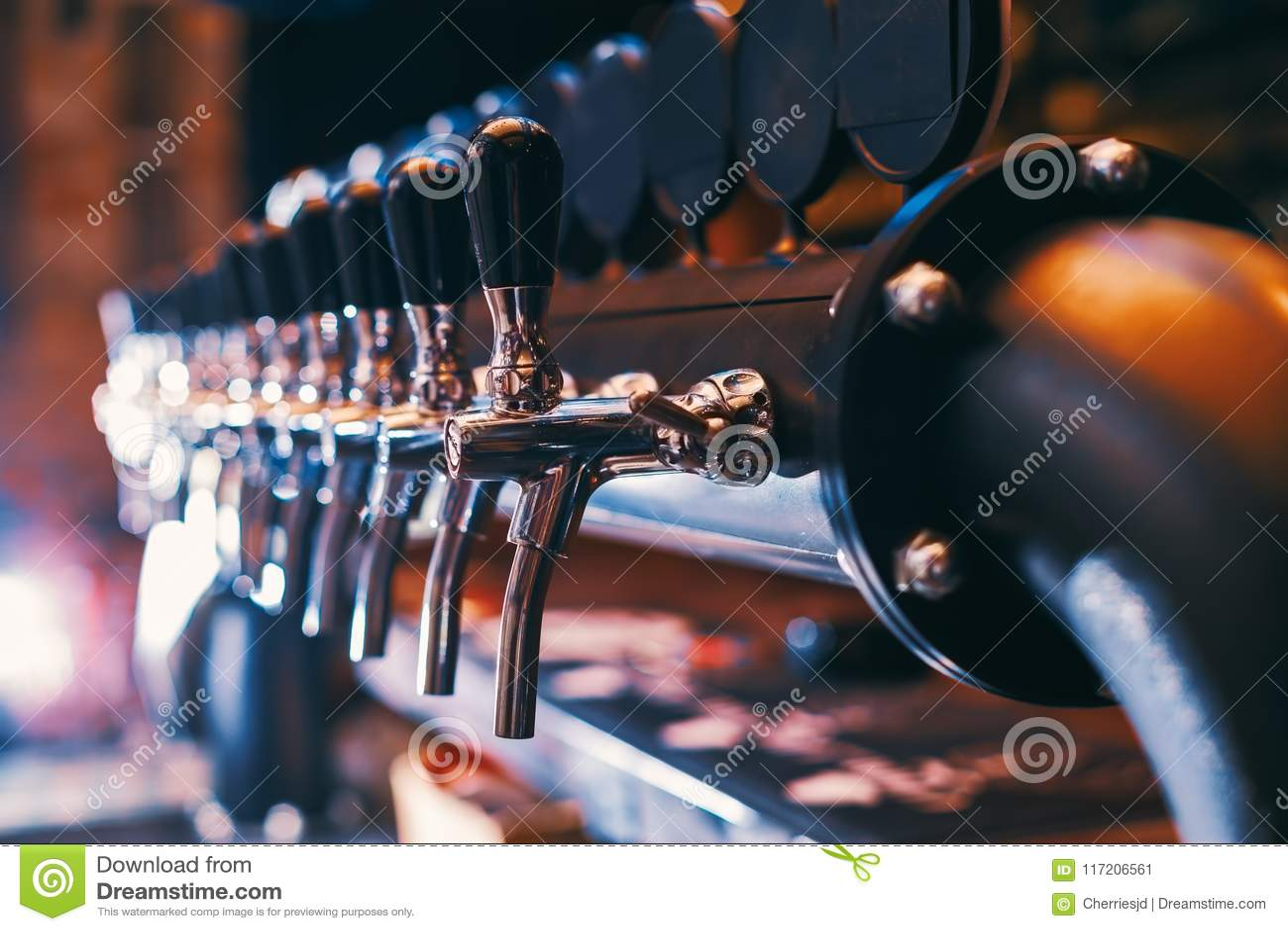 Rangée de robinet de bière dans la barre de bière