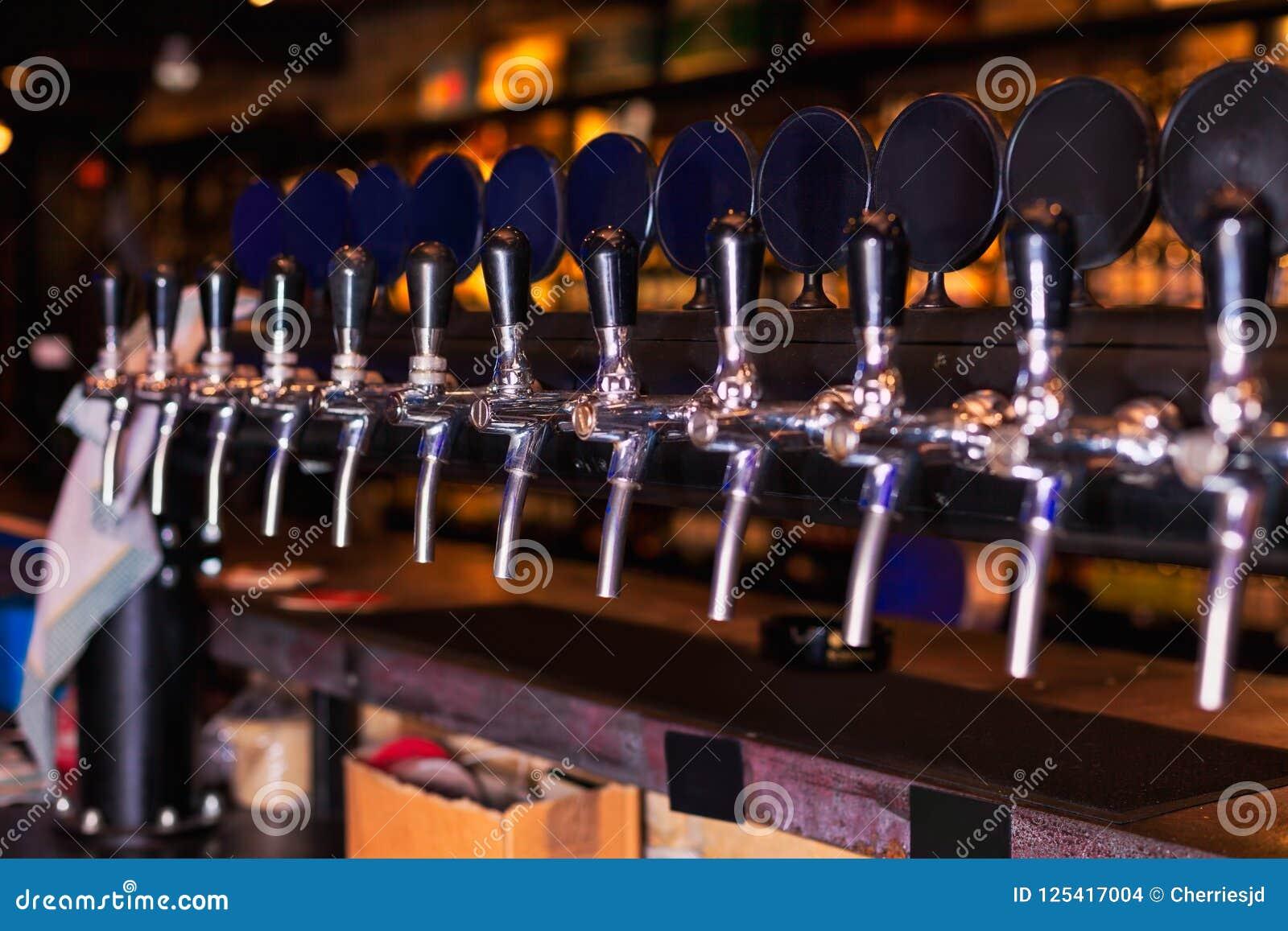 Rangée de robinet de bière dans le compteur de barre