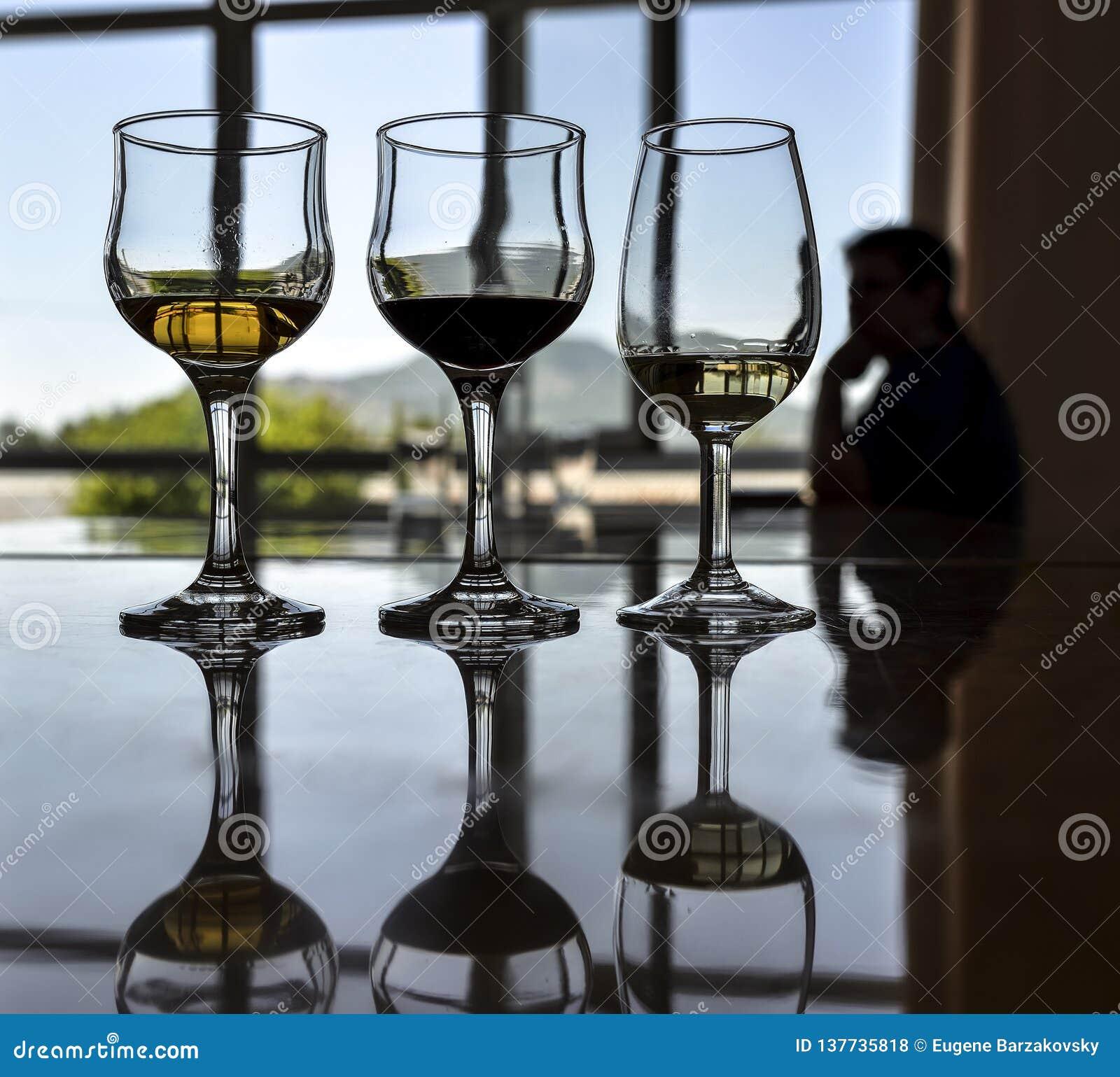 Rangée de trois vins différents réglés pour la dégustation
