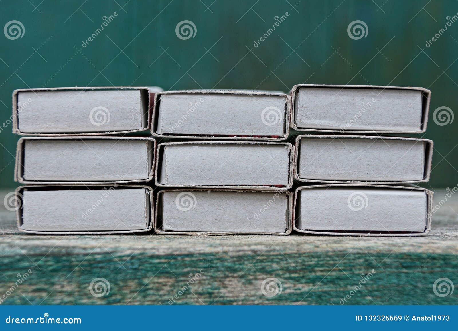Rangée des boîtes d allumettes de livre blanc sur une table en bois