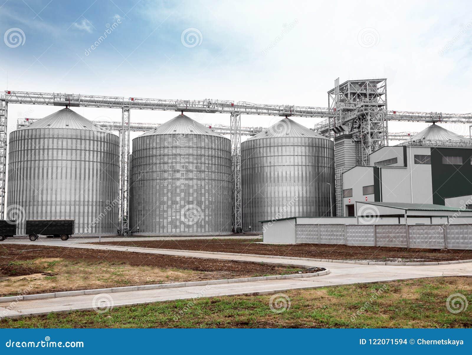 Rangée des greniers modernes pour stocker des grains