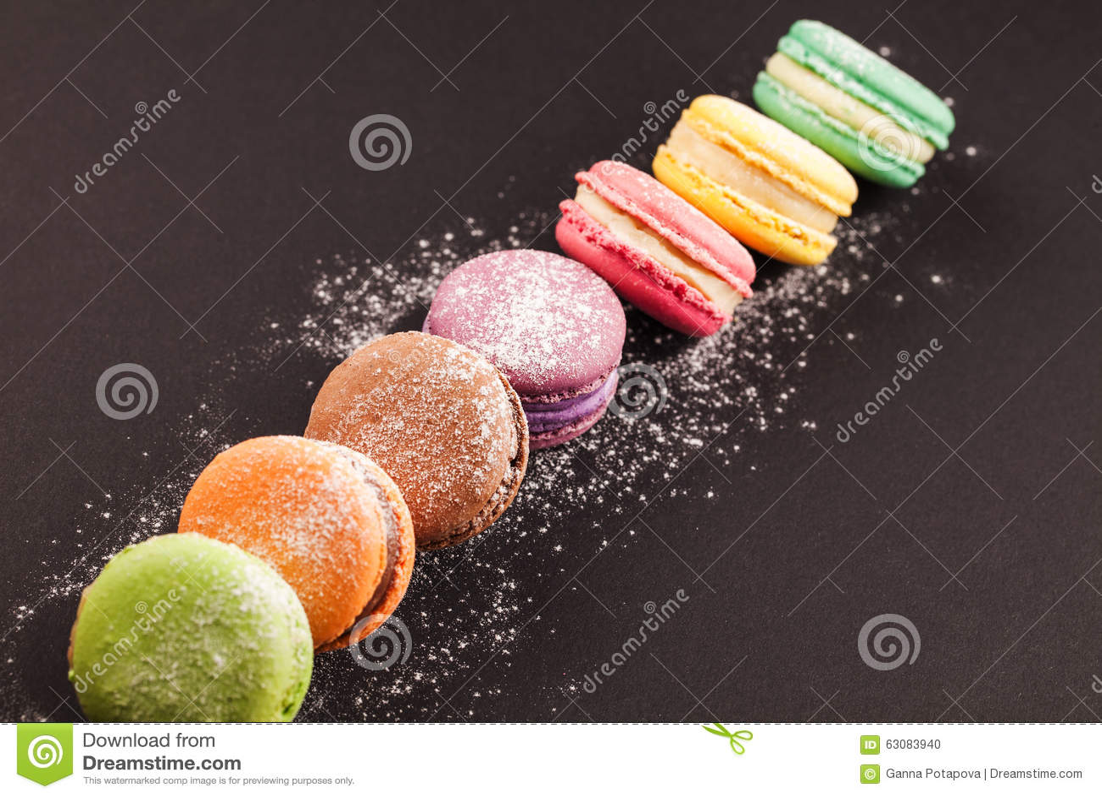 Download Rangée Des Macarons Sur Le Noir Photo stock - Image du gourmet, confection: 63083940