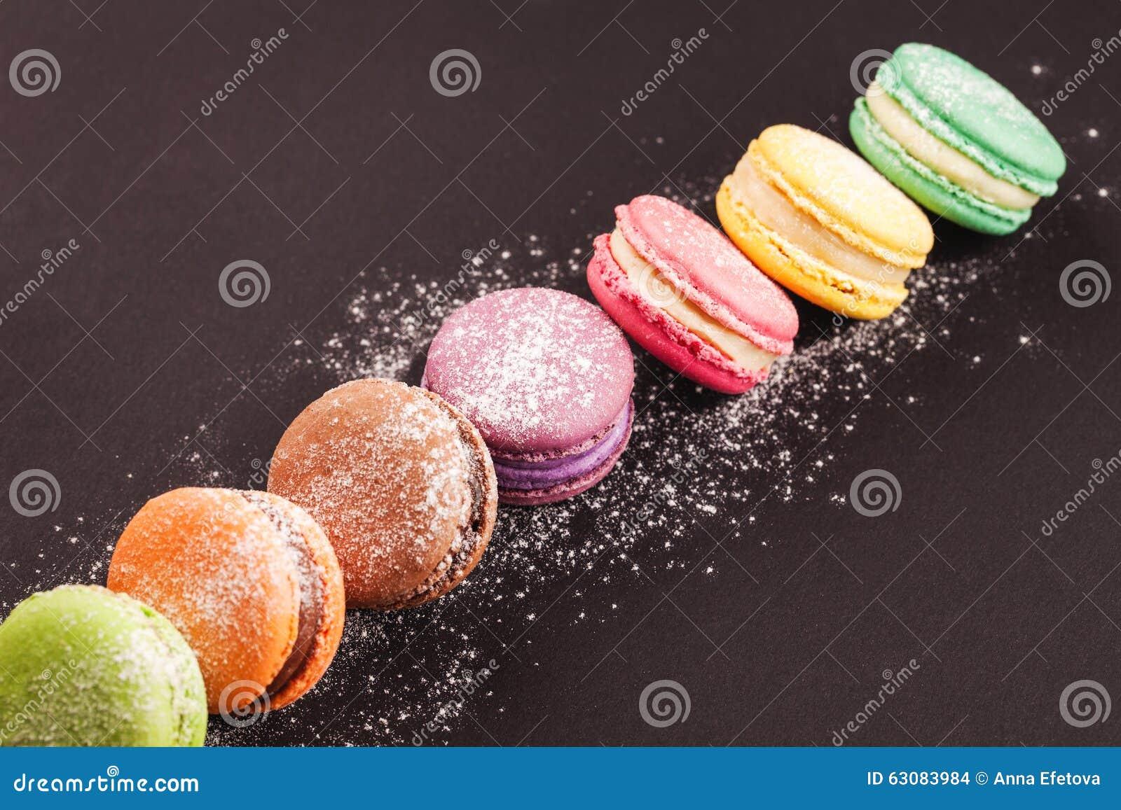 Download Rangée Des Macarons Sur Le Noir Photo stock - Image du saveur, gourmet: 63083984
