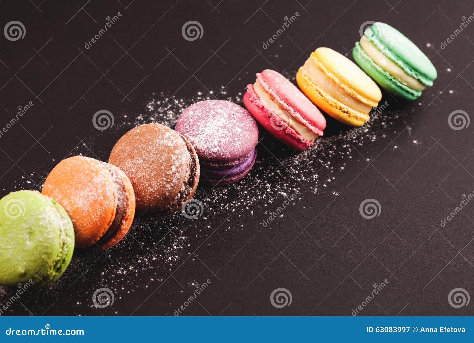 Download Rangée Des Macarons Sur Le Noir Image stock - Image du coloré, citron: 63083997
