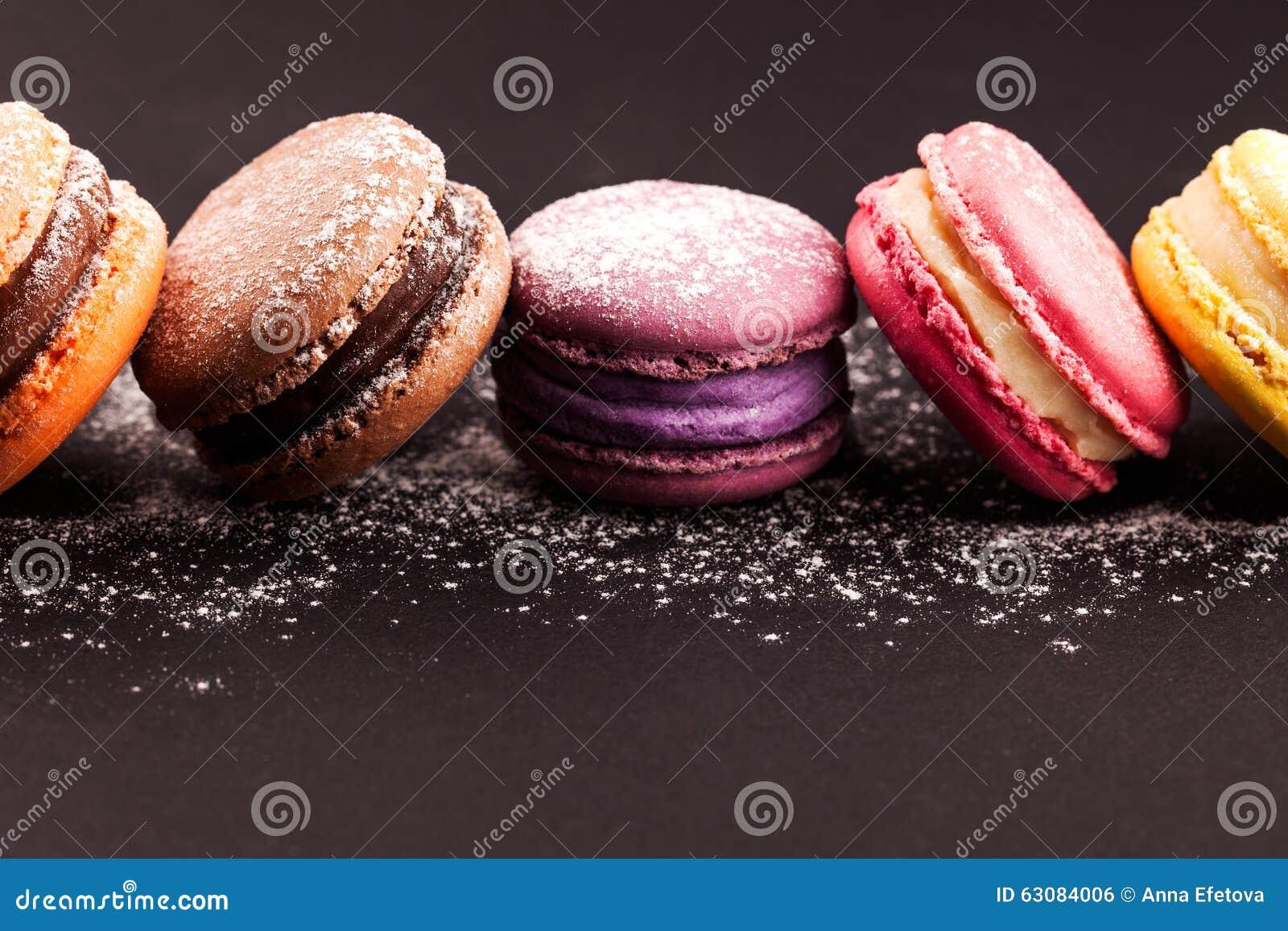 Download Rangée Des Macarons Sur Le Noir Photo stock - Image du noir, sucrerie: 63084006