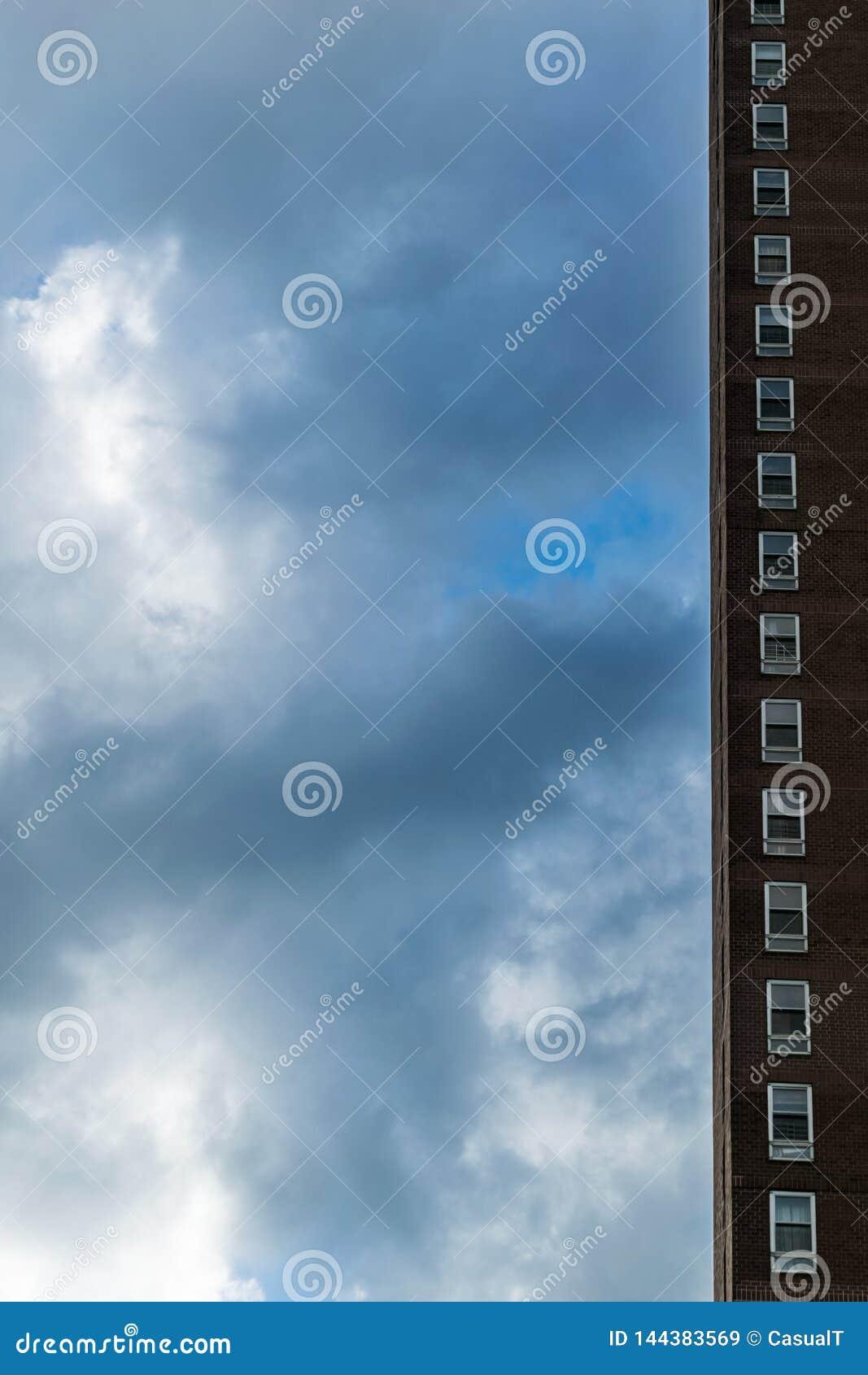 Rangée simple des fenêtres le long d un ruban d un gratte-ciel de New York City contre un beau ciel bleu avec certains