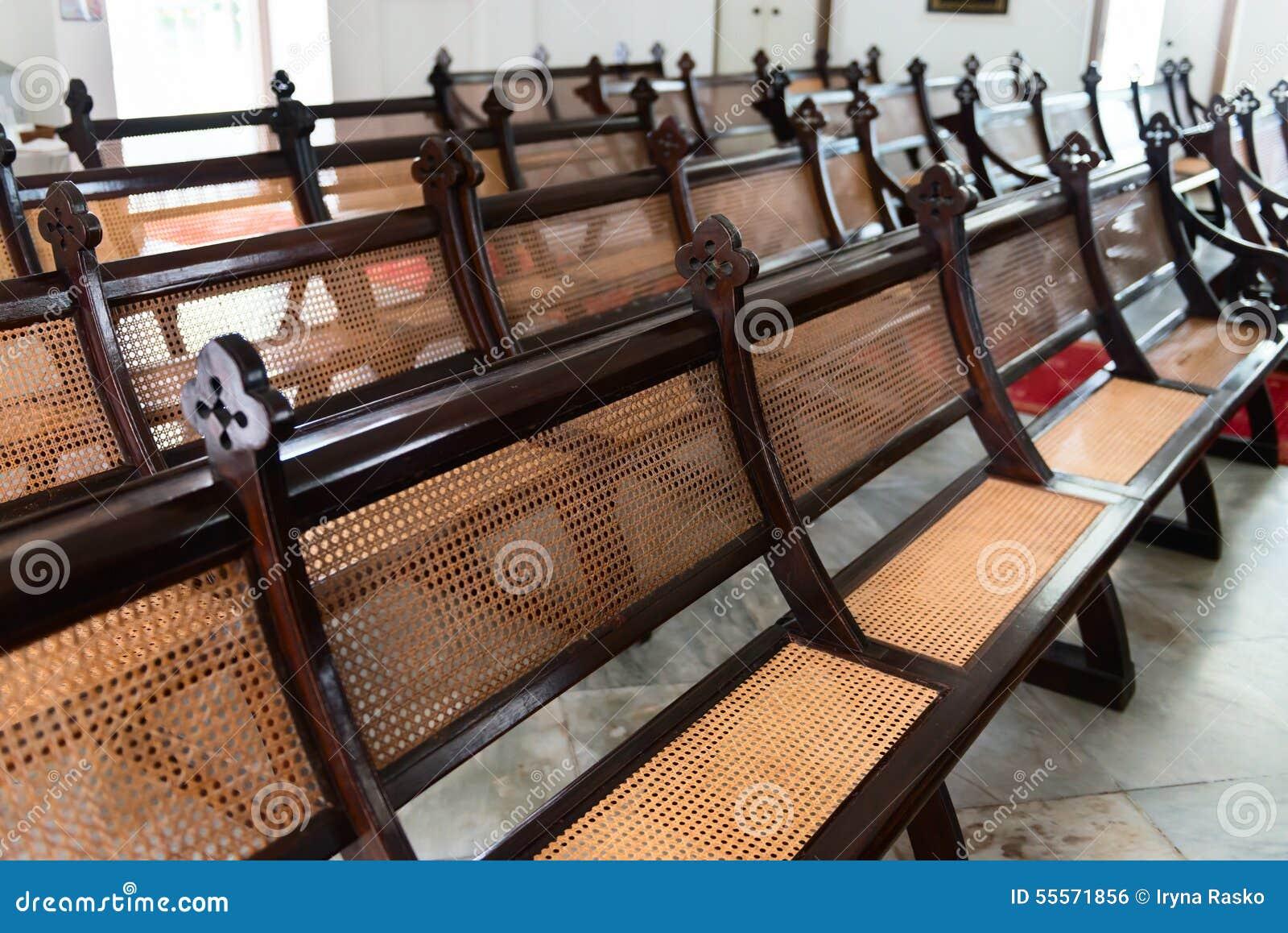 Rangées d antiquité, bancs Handcrafted dans une vieille église