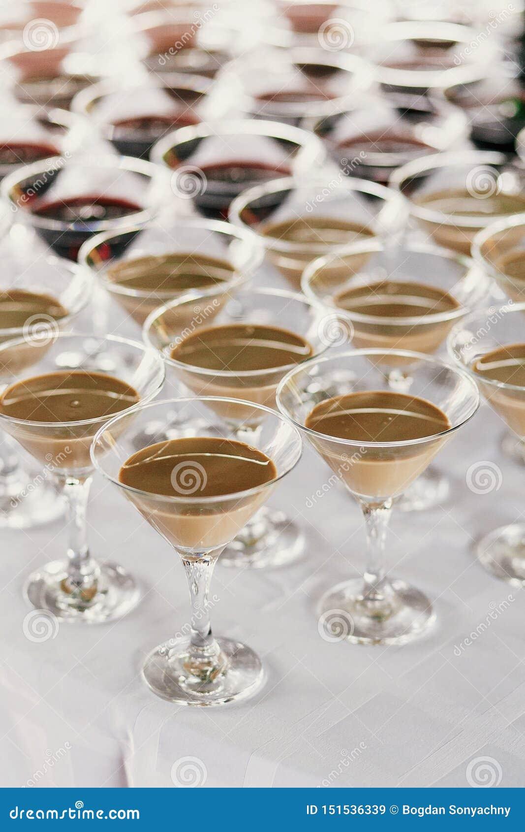 Rangées de Martini sur la table à la réception de mariage Cocktails et martini rouge et blanc en verres à la barre d alcool au ma