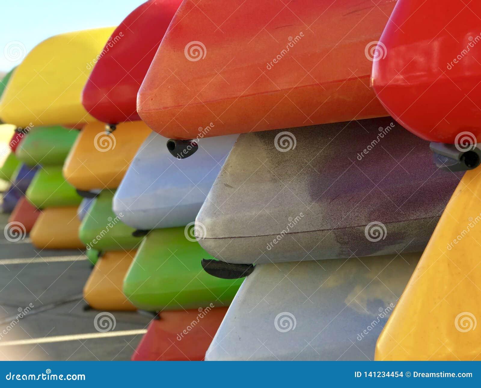 Rangées des kayaks colorés