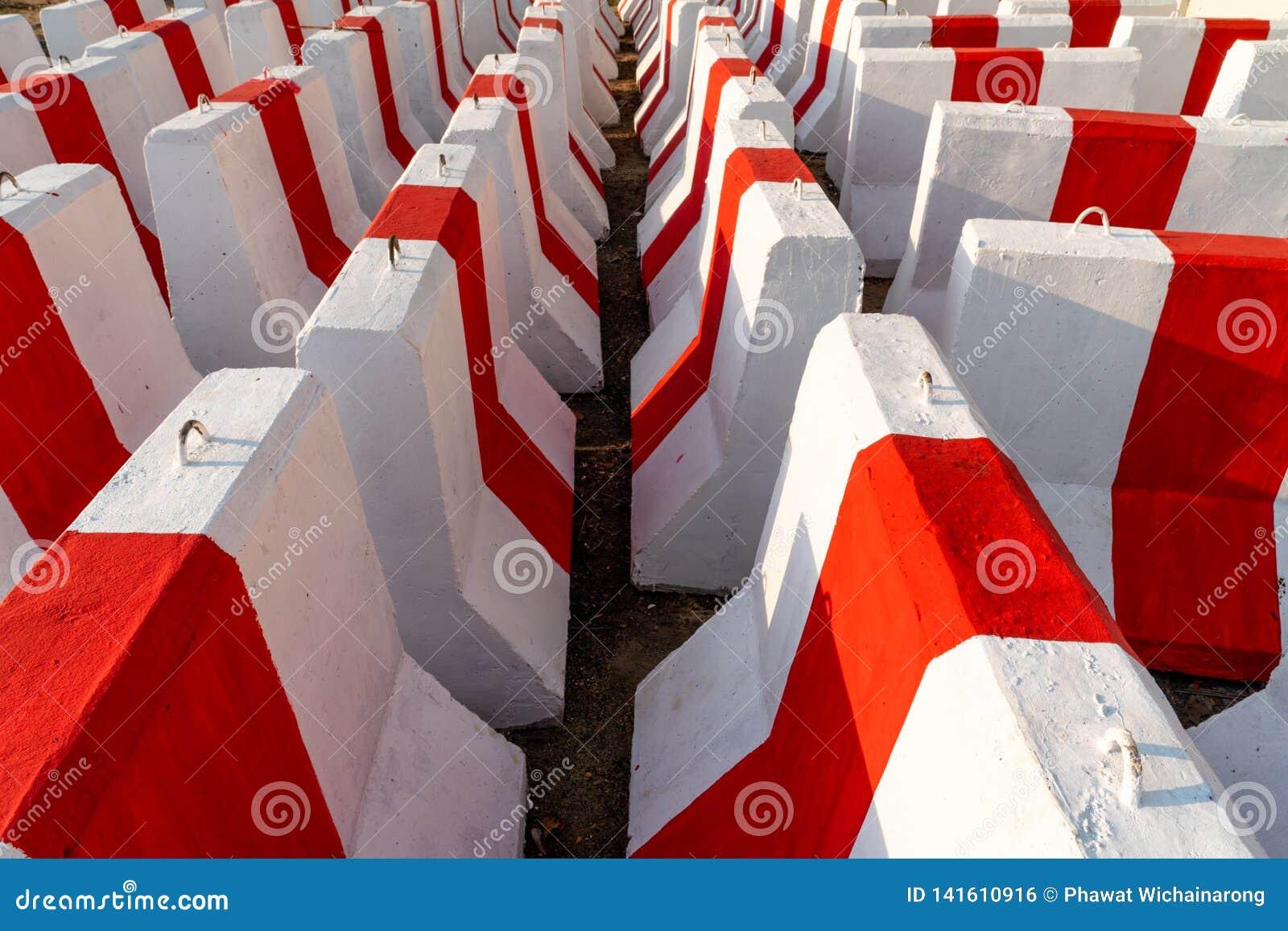Rangées des murs en béton rouges et blancs attendant pour être employé dans le contrôle de la circulation et la sécurité 2