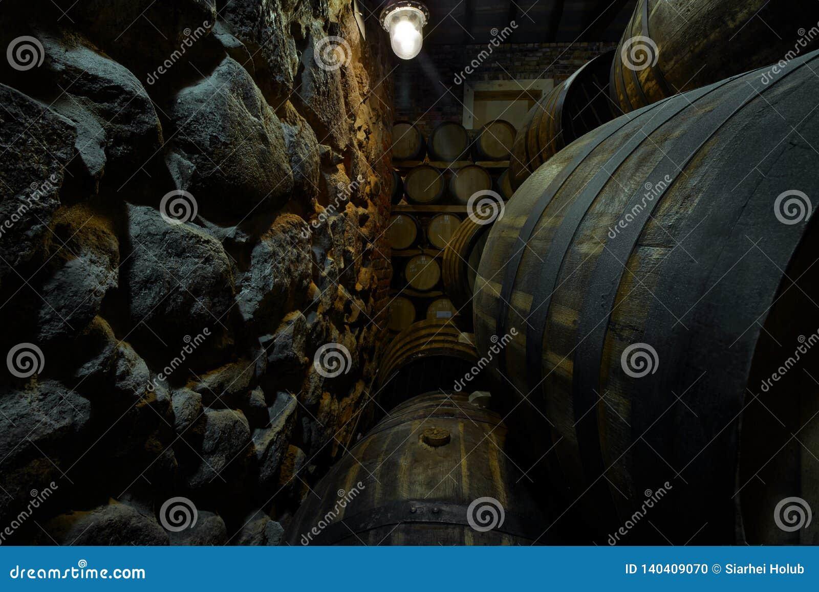 Rangées des tambours alcooliques en stock distillerie Cognac, whiskey, vin, eau-de-vie fine Alcool dans les barils