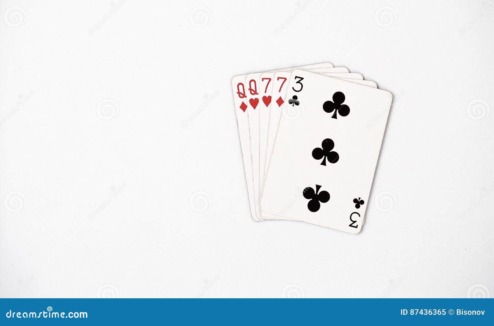 Rang de main de poker, ensemble de symbole jouant des cartes dans le casino : deux paires, reine, sept sur le fond blanc, abrégé