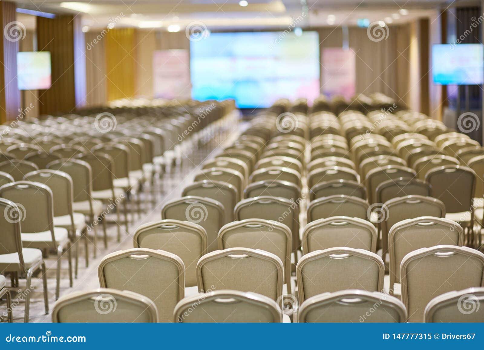 Rang?es des chaises dans une salle de conf?rence