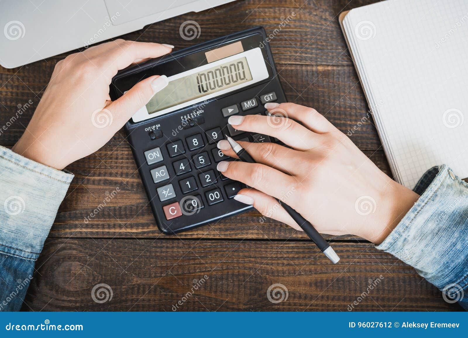 Ranku biznesu dama Kobiet ręki z piórem i kalkulatorem, na którym liczy milion Horyzontalna rama