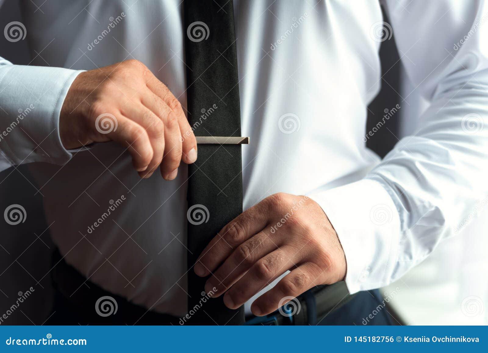 Ranku fornal przed ślubem, stawia dalej krawat