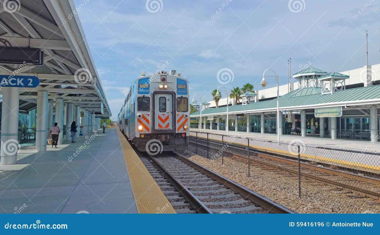 Ranku pociąg Przyjeżdża przy platformą