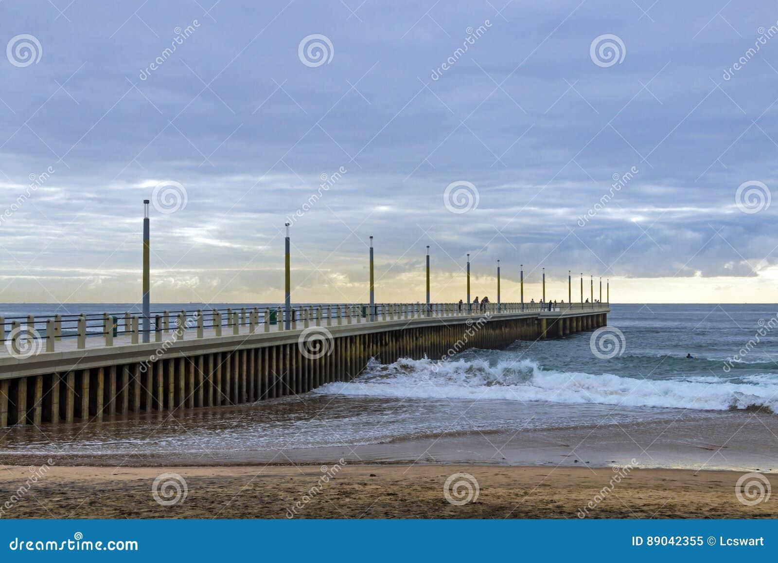 Ranku skraju Plażowy Pasztetowy ocean Przeciw Chmurnej linii horyzontu